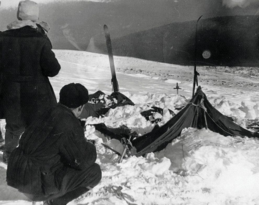 Палатка группы Дятлова. Слева от палатки — поисковики