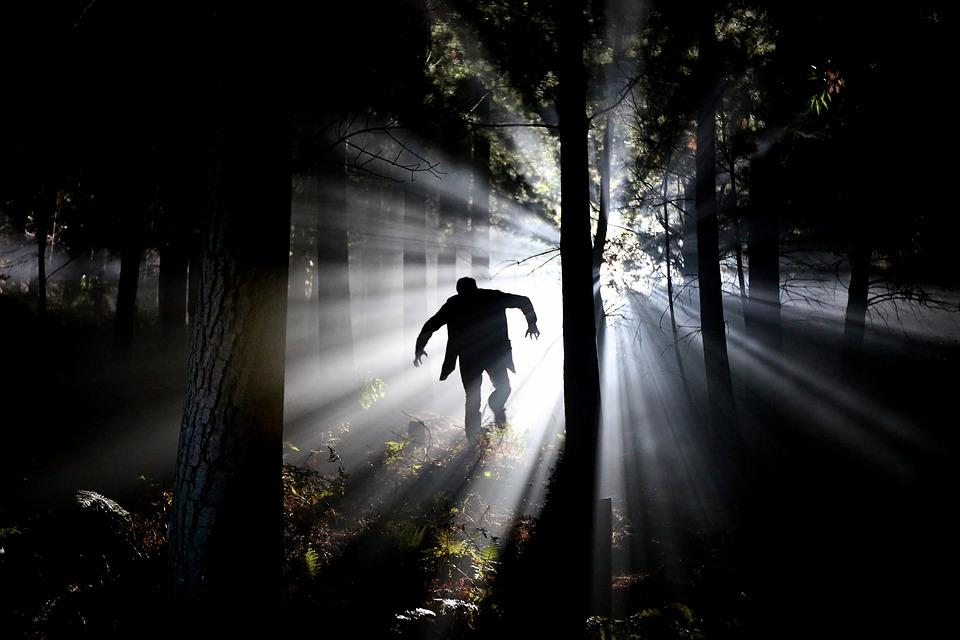 мужчина бежит в лес